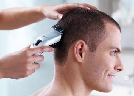 Homme qui se fait couper les cheveux à la maison - guide tondeuses électrique pour cheveux